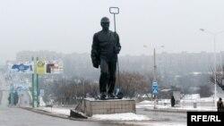 Пам'ятник шахтареві на батьківщині Президента Януковича в Єнакієвому на Донеччині