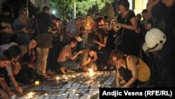 Сребреница қырғыны құрбандарын еске алуға жиналғандар шырақ жағып қойып жатыр. Белград, 10 шілде 2015 жыл.
