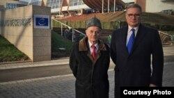 Российский оппозиционер Михаил Касьянов (справа) и лидер крымских татар, уполномоченный президента Украины по вопросам крымско-татарского народа Мустафа Джемилев. Страсбург, 27 января 2016 года.