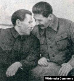 Николай Ежов и Иосиф Сталин на 20-й годовщине ЧК-ОГПУ-НКВД. 20 декабря 1937 года