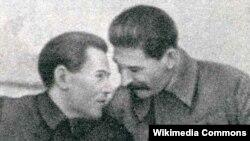 Николай Ежов менен Иосиф Сталин чекисттердин мекемесинин 20 жылдык мааракесинде. 20.12.1937.