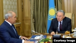 Умирзак Шукеев (слева) и Нурсултан Назарбаев. Архивное фото.
