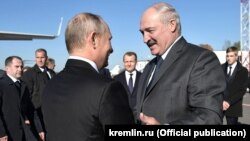 Лукашенко вітає Путіна в Могильові, Білорусь, 12 жовтня 2018 року