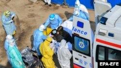 Кина- медицински лица ги носат болните во новоизградената болница во Вухан, 04.02.2020