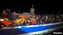 Мигранты на борту лодки у берегов Ливии, 29 марта 2017 года