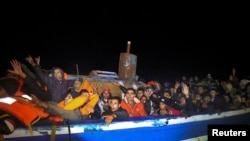 Мигранты на борту лодки у берегов Ливии. 29 марта 2017 года.