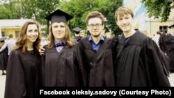 Олексій з відзнакою закінчив університет