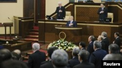 Қазақстан президенті Нұрсұлтан Назарбаев (мінбеде), парламент депутаттарымен гимн тыңдап тұр. Астана, 20 қаңтар 2012 жыл. (Көрнекі сурет)