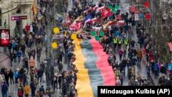 Shume njerëz shihen duke mbajtur flamurin e Lituanisë, teksa kanë festuar pavarësinë e shtetit në Vilnus.