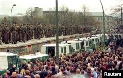 Жители Западного Берлина и пограничники из Восточного. 11 ноября 1989 года. Фото: Reuters