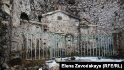 """Альтар на территории заповедника """"Анакопия"""" в Абхазии, 13 января 2017 года."""
