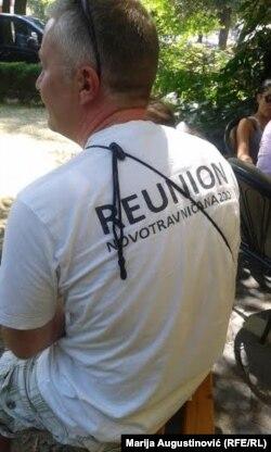 Vladimir Velaga promoviše majicu udruženja