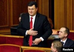 Парламент депутаттарымен танысып тұрған Александр Квиташвили. Киев, 2 желтоқсан 2014 жыл.