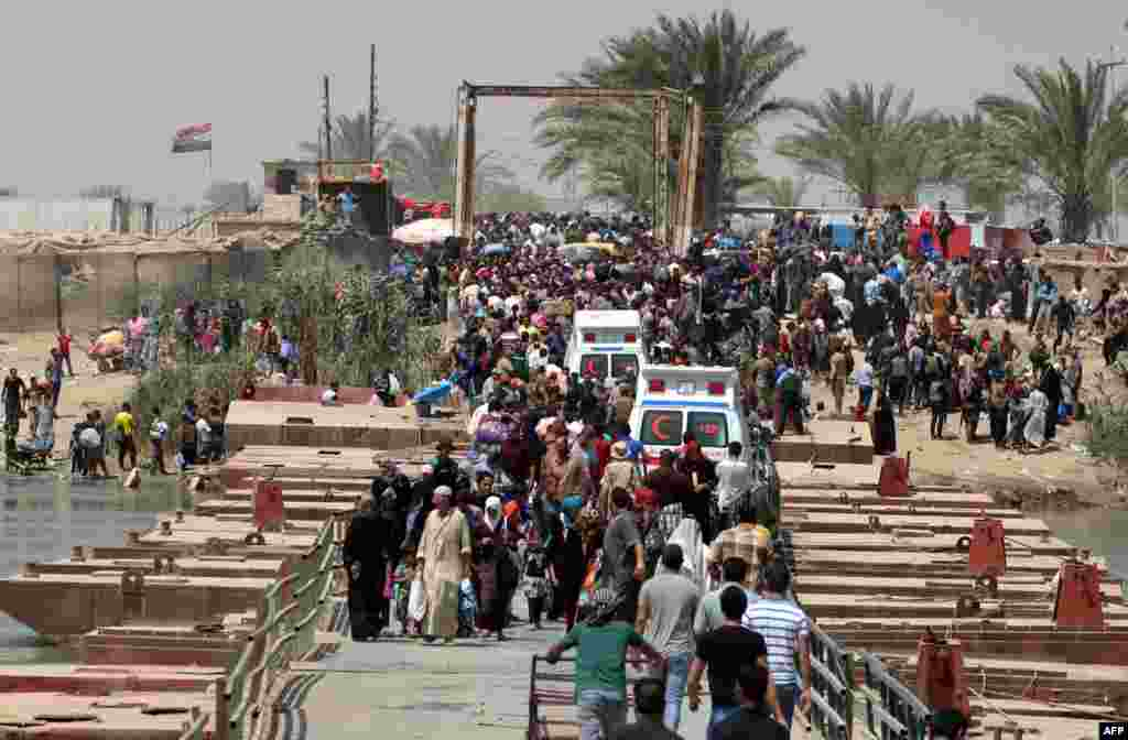 Iraqi residents from the city of Ramadi, who fled from advancing Islamic State (IS) militants, wait to cross the Bzeibez bridge on the southwestern frontier of Baghdad. (AFP/Sabah Arar)