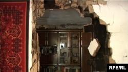 Түн мезгілінде болған зілзаладан Александра Горенконың үйінің қабырғасы құлап түсті. Текелі қаласы, 15 маусым 2009 ж.