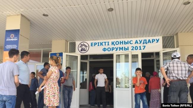 Люди, пришедшие на форум и ярмарку, где жанаозенцам предлагали вакансии в других регионах Казахстана. Мангистауская область, 27 мая 2017 года.