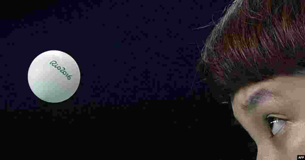 ჰონკონგის მაგიდის ჩოგბურთელთა ნაკრების წევრი დუ ჰოი კემი გერმანიის ეროვნულ გუნდთან დაპირისპირებისას.