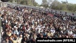 په جنوبي وزیرستان کې د پاکستانیو پوځي عملیاتو پرمهال د ړنګ کورونو اغېزمن وګړي په ټانک کې پر احتجاج دي