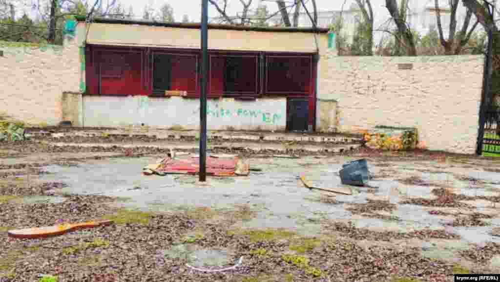 З території набережної поступово зникають кафе і торговельні намети