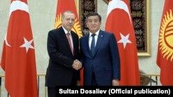 Президент Турции Реджеп Тайип Эрдоган (слева) во время официального визита в Кыргызстан. Бишкек, 1 сентября 2018 года.