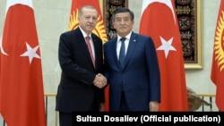 Президент Турции Реджеп Тайип Эрдоган (слева) во время официального визита в Кыргызстан с президентом республики Сооронбаем Жээнбековым. Бишкек, 1 сентября 2018 года.