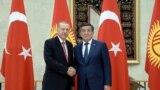 Türkiýäniň prezidenti Rejep Taýyp Erdogan gyrgyz kärdeşi Sooronbaý Žeenbekow bilen, Bişkek. 1-nji sentýabr, 2018.