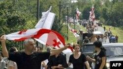 Марш протеста грузин перед российской базой миротворцев в деревне Ханти, Западная Грузия. Август 2008