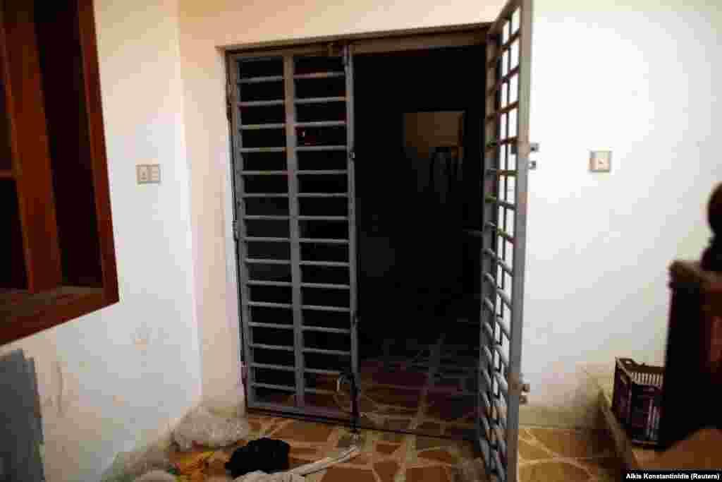 Металлические ворота, ведущие в тюрьму. По сообщениям, в тюрьме содержались захваченные в плен иракские военные и езиды - представители религиозного меньшинства.