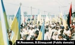 Під час відзначення 500-ліття Запорозького козацтва. Велелюдна демонстрація по Запоріжжю. Учасники ходи несуть і червоно-чорні прапори, 5 серпня 1990 року