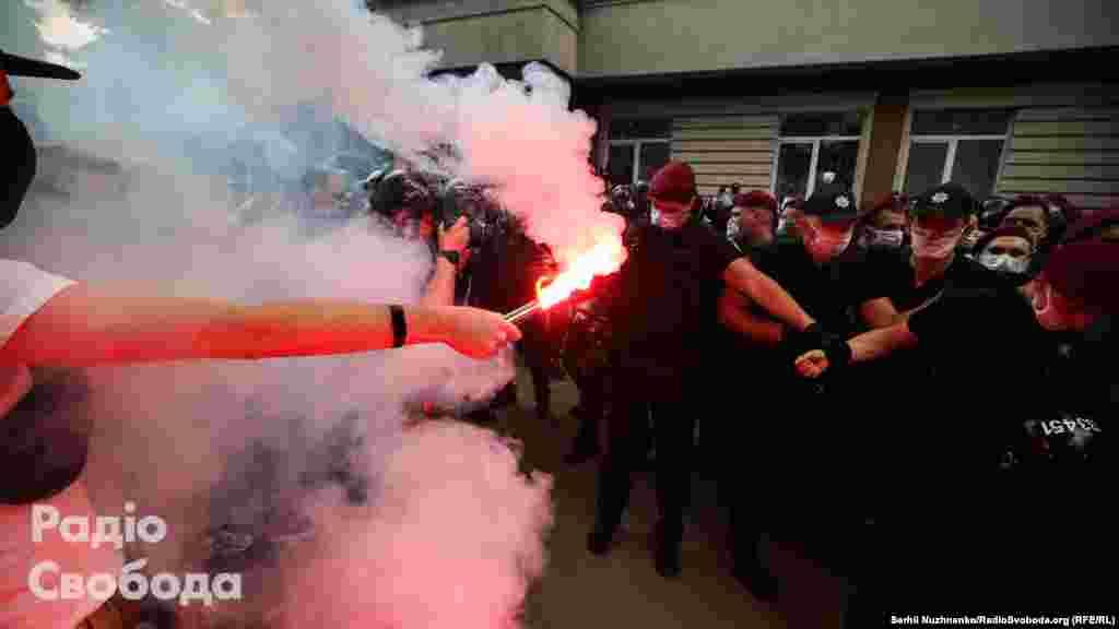 Перше засідання у справі активіста Сергія Стерненка відбулося 12 червня, і супровождувалося сутичками під будівлею суду