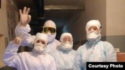 Жалал-Абадда коронавируска чалдыккандарды дарылап жаткан дарыгерлер. 26-март, 2020-жыл.