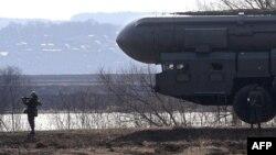 Установка межконтинентальной баллистической ракеты «Тополь». Иллюстративное фото.