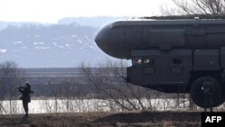 """Российские солдаты рядом с ракетной установкой """"Тополь""""."""