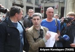Марк Гальперин (в центре)