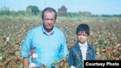 Yusuf Juma in a cotton field in Bukhara with his youngest son, in October 2004