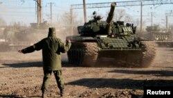Российский военнослужащий указывает дорогу танку, прибывшему в Крым. Село Гвардейское, рядом с городом Симферополь. 31 марта 2014 года. Иллюстративное фото.