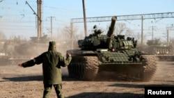 Tancuri ruseşti în satul Gvardeiskoe, aproape de Simferopol, 31 martie 2014