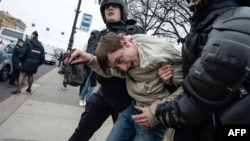 Задержание участника акции протеста в Петербурге