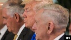 دونالد ترامپ در کنار وزیر دفاع (نفر اول) و وزیر خارجه آمریکا (نفر آخر در تصویر)