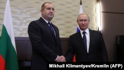 Russian President Vladimir Putin with his Bulgarian counterpart Rumen Radev (left) in Sochi on May 22.