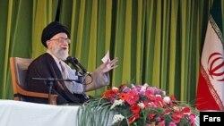 رهبر جمهوری اسلامی در سخنرانی در مشهد (عکس از خبرگزاری فارس)