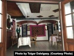 Германияның Хатценпорт ауылында тұратын Өмір Өзкалптың қонақ үйінің дәмханасы. Сурет авторы - Талғар Дәлелғазы.
