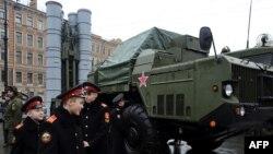 Пускова установка ЗРК С-300 ПМУ на виставці військової техніки в Росії