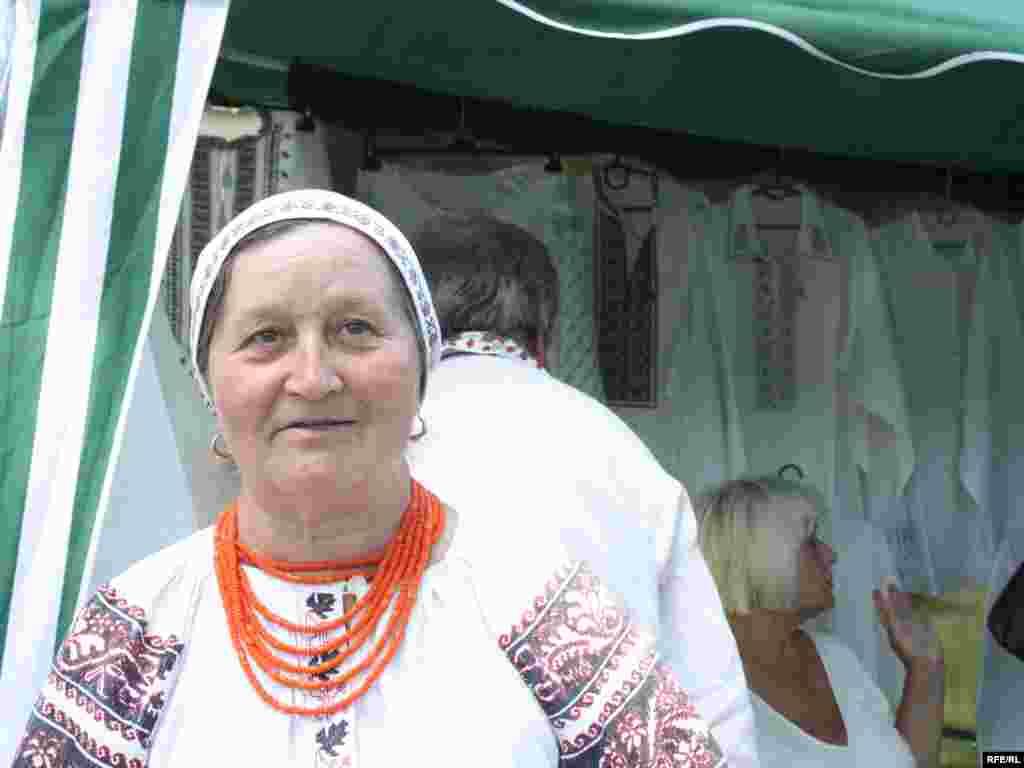 Секретами традиційної української вишиванки ділиться народна майстриня.