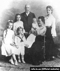 Іван Пулюй (1845–1918) із дружиною Катериною та дітьми