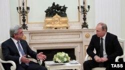 Прэзыдэнт Расеі Ўладзімір Пуцін (справа) на сустрэчы ў Маскве з прэзыдэнтам Армэніі Сержам Саргсянам 10 жніўня