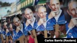 Кубинцы с плакатами Фиделя Кастро ожидали проезда автоколонны с прахом команданте. Лас-Тунас, 2 декабря 2016