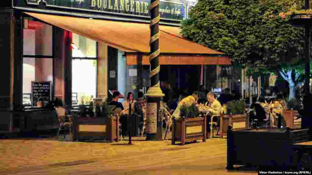 Молоді люди облюбували літні майданчики кафе