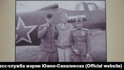 Американски и руски пилоти позират пред Bell P-39 Airacobra, с които са доставяни провизии на СССР по американската програма Lend-Lease
