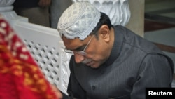 Президент Пакистана Асиф Али Зардари молится на могиле Беназир Бхутто